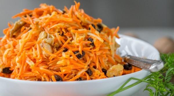 Салат морквяно-яблучний з родзинками і горіхами