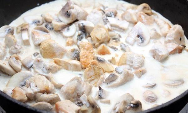 Курка з грибами у сметані