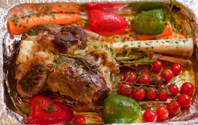 Бараняча нога в духовці з овочами