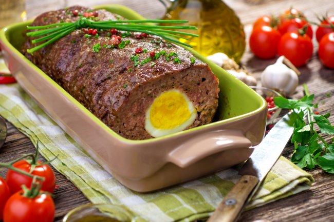 М'ясний хліб з яйцем